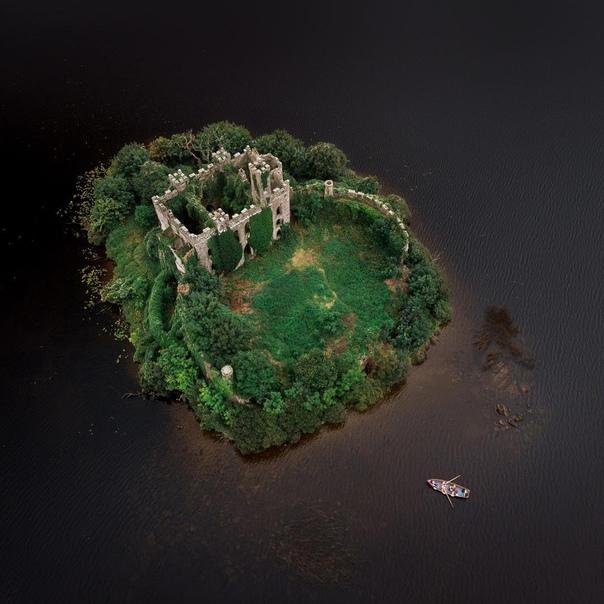 Живописные развалины замка МакДермотт на острове Касл Айленд, Ирландия
