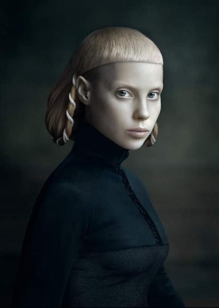 Дезире Долрон (1963), голландская фотохудожница. Серия работ «Xteriors» состоит из фотографических портретов, которые имитируют стиль картин старых мастеров, в том числе Рембрандта и Рогира ван