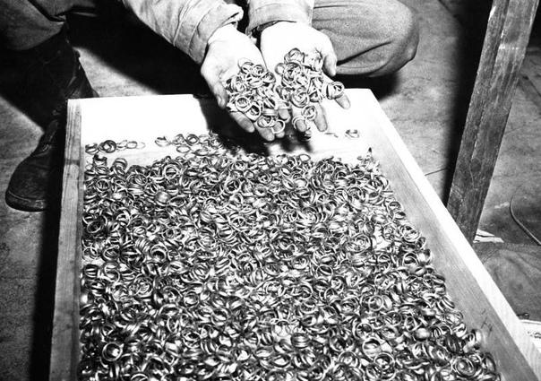Обручальные кольца жертв концлагеря Бухенвальд (5 мая, 1945 года).