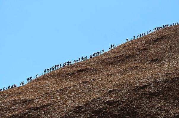 Последние на Улуру Власти Австралии закрыли для туристов скалу Улуру, являющуюся для местного племени анангу священной. Официально проход на Улуру был закрыт в пятницу, 25 октября, в 16:00 по