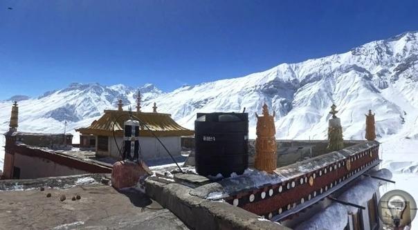 Уже около 1000 лет на высоте более 4 км над уровнем моря стоит древний буддийский монастырь Ки Гомпа В центре индийских Гималаев, на высоте свыше 4000 метров над уровнем моря находится