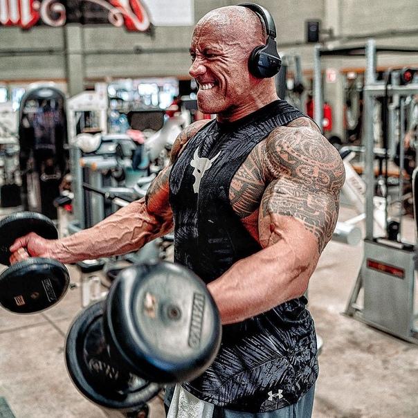 Дуэйн Джонсон усиленно качает мускулы на мускулах при подготовке к съемкам «Черного Адама»