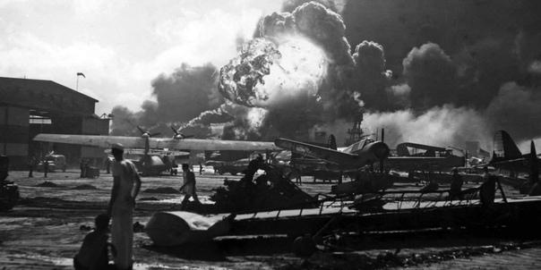 НА МИРНО СПЯЩИХ АЭРОДРОМАХ 7 декабря 1941 года В нашем сознании фраза «на мирно спящих аэродромах» связана с трагедией советской авиации утром 22 июня 1941 года. Но 169 дней спустя на другой