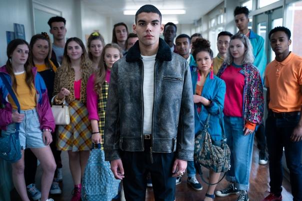 Новые герои на кадрах второго сезона сериала «Половое воспитание» 1. Студент из Франции Рахим, от которого без ума вся школа;2. Вив невероятно умный ученик, талантливый во всем, кроме любви;3.