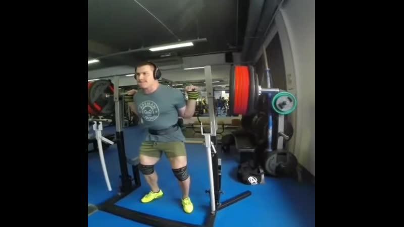 Юрий Белкин приседает в бинтах 320 кг на 3 повторения. Собственный вес около 97 кг.
