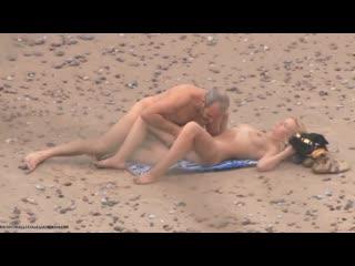 [beachhunters] старик трахает молодую девушку (spy)