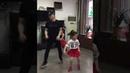 Прекрасное трио папа танцует с дочками