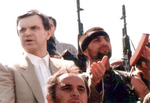 После убийства младшего брата Руслану Хасбулатову ничего не оставалось как окончательно примкнуть к оппозиции. Он дал обещание, что не покинет Толстой-Юрт до тех пор, пока не падет режим Дудаева