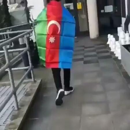 Азербайджанцы Великобритании, показали британцам Азербайджанский флаг.
