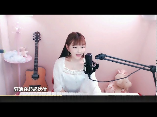 Beautiful girl plays the piano and sings Chinese songs。