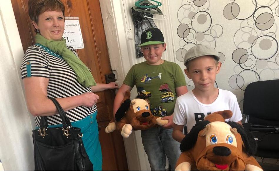 В Зеленчукском районе дети из малоимущих и многодетных семей получили мягкие игрушки