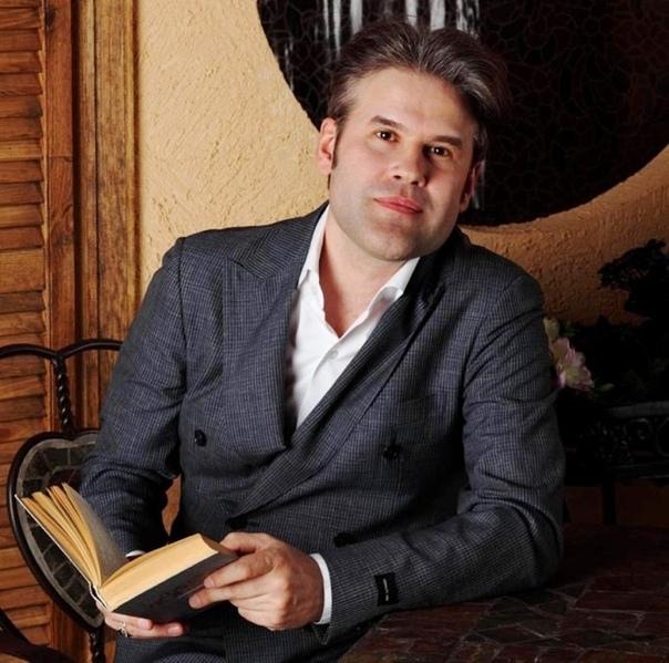 singer Андрей Бандера. Андрей Бандера (настоящее имя Эдуард Анатольевич Изместьев; родился 25 апреля 1971 года) - российский певец. Биография. Детство и юность. Родился в Пермской области.