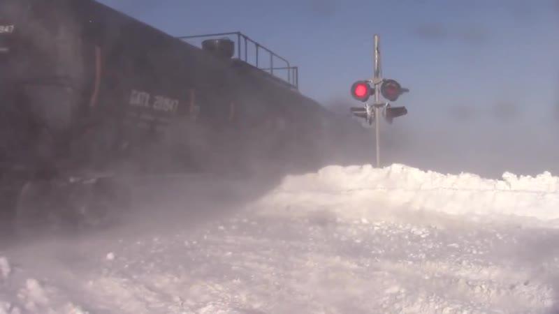 Поезд на полном ходу пробивается сквозь снежные заносы… gjtpl yf gjkyjv jle ghj bdftncz crdjpm cyt yst pfyjcs…