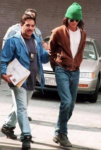 В 1994 году Джонни Депп был арестован, за то, что устроил погром в своем гостиничном номере. Свои действия он оправдывал тем, что пытался убить