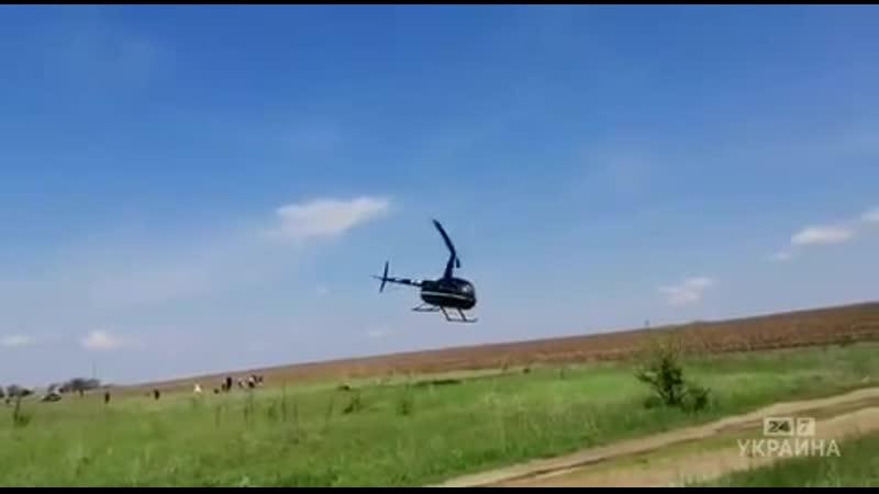 У Черкаській області сім'я прилетіла на кладовище на гелікоптері