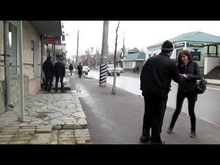Эльдар Богунов дарит цветы прохожим девушкам!