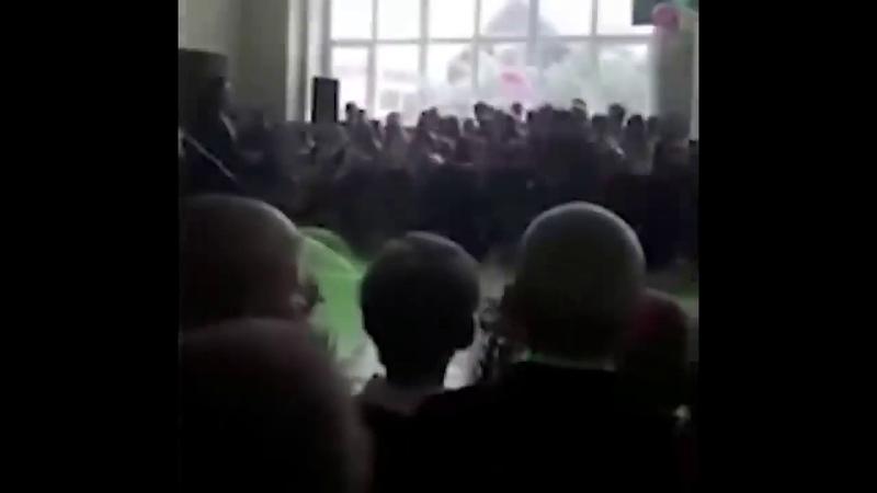 Выпускник от души вломил депутату от ЕДИНОЙ РОССИИ на последнем звонке в Марий Эл.