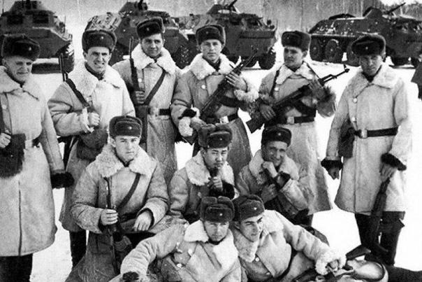 КОМУ ВРУЧАЛИСЬ АВТОМАТЫ КАЛАШНИКОВА С ЗЕЛЁНЫМИ ЦЕВЬЁМ, РУКОЯТКОЙ И ПРИКЛАДОМ СССР. На дворе 60-е годы ХХ века. Страна, завершившая 15 лет назад победой Великую Отечественную войну, неожиданно