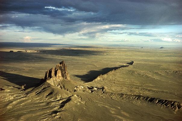 Крылатая скала (Скала Шипрок) Расположен массив на северо-западе штата Нью-Мексико. По официальной информации от геологов представляет собой результат извержения вулкана, случившегося около
