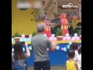 Заботливый отец репетировал танец со своей дочерью под сценой