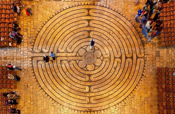 В соборах средневековой Европы существовала любопытная традиция игры в мяч прямо в храме