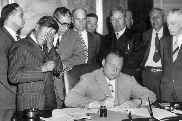 """""""Мы подписываем этот контракт с камнем на душе, продавая лучшую часть нашей резервации"""" - расплакавшись резюмировал председатель трех индейских племен George Gillette"""