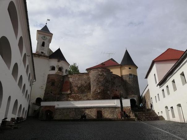Мукачевский замок «Паланок» один из самых хорошо сохранившихся в Украине Выглядит он как снаружи, так и изнутри ухоженно, видно, что за ним хорошо присматривают. Именно он является главной