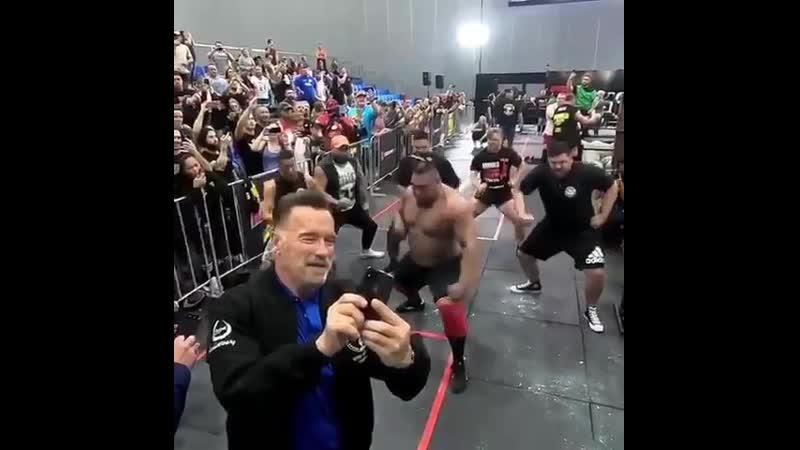 Strength of Body Арнольд Шварценеггер делает селфи
