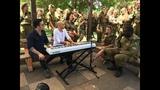 Израильские солдаты поют вместе с Иданом Райхелем.
