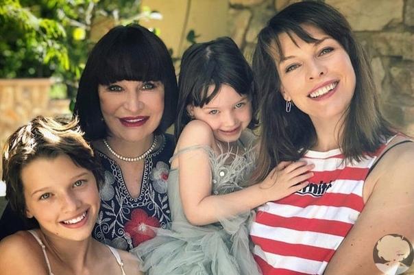 Дочери Милы Йовович выросли удивительно похожими на актрису и ее мать Галину