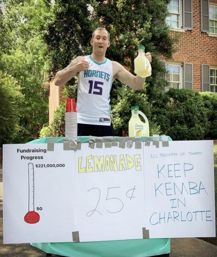 Коди Зеллер продает лимонад, чтобы собрать 221 миллион долларов на контракт Кембе Уокеру