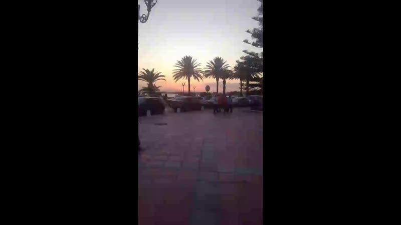 Воскресный вечер в центре города Хаммамет, Тунис.