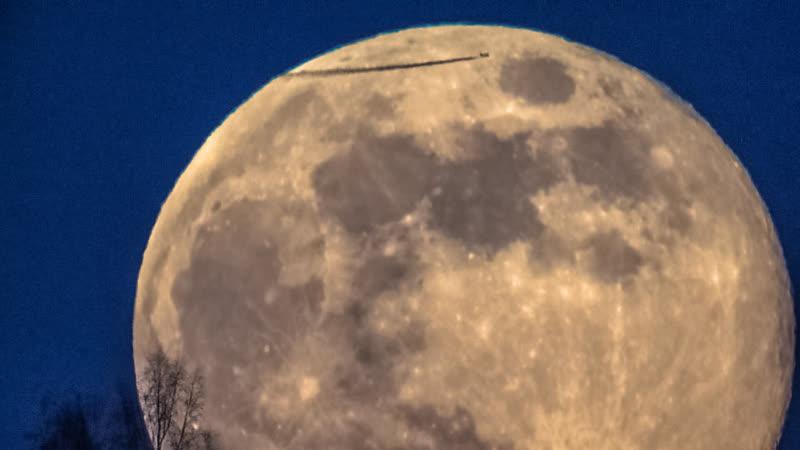 Полная Луна и самолет