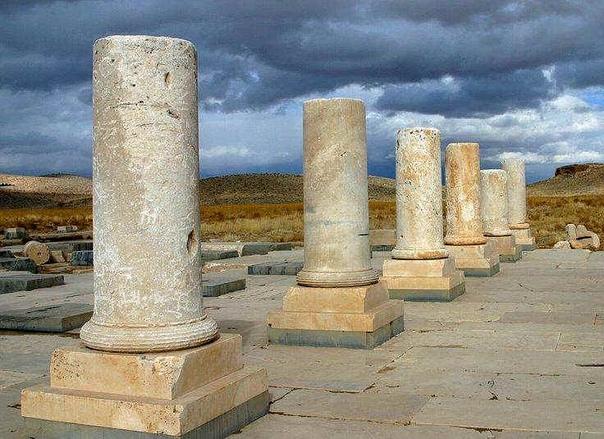 ПАСАРГАДЫ Пасаргады первая столица империи Ахеменидов. В переводе с персидского название города означает «сады Фарса», или «лагерь (сокровищница) персов». Персидский царь Кир Великий начал