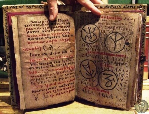 Гримуары - темное наследие, скрывающие тайные знания В Средневековье наряду с проповедованием христианства активно развивалась черная магия. Поэтому помимо Библии люди интересовались так