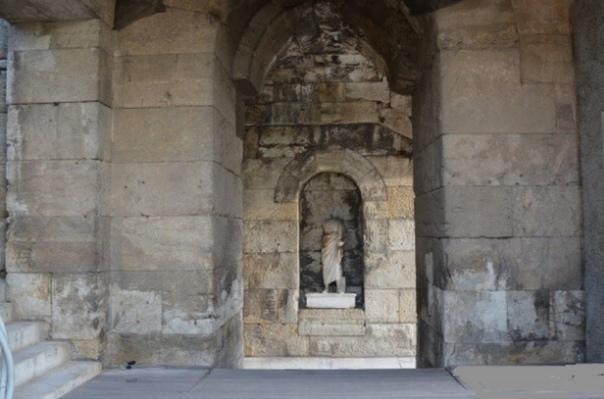 ОДЕОН ГЕРОДА АТТИЧЕСКОГО Впечатляющее зрелище на южном склоне Акрополя представляет собой Одеон Герода Аттического. Одеон был сооружен в 165 году нашей эры Аттиком Геродом. Превращённый в