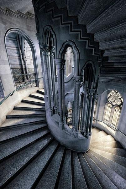 Винтовые лестницы в башнях средневековых замков строились таким образом, чтобы подъём по ним осуществлялся по часовой стрелке Это делалось для того, чтобы в случае осады замка защитники башни