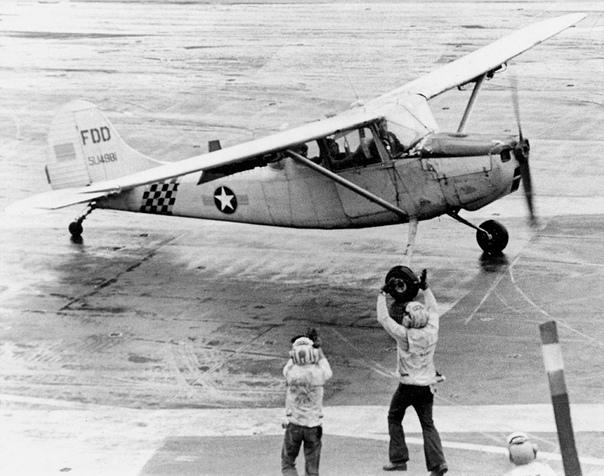 """Южновьетнамский """"Хьюи"""" стоимостью примерно десять миллионов долларов сбрасывают с борта USS Midway в ходе проведения операции Frequent Wind 29-30 апреля 1975 года"""