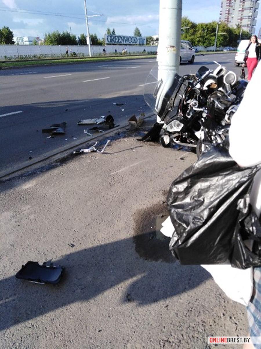 На Московской напротив Короны мотоциклист разбился о столб