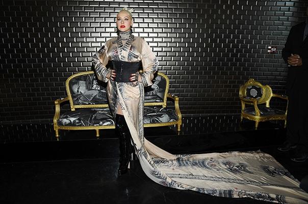 Корсет, ботфорты и кольца-кастеты: Кристина Агилера в дерзком образе на модном показе Неделя высокой моды в Париже традиционно собирает немало звезд. Сегодня к знаменитостям, которые посещают