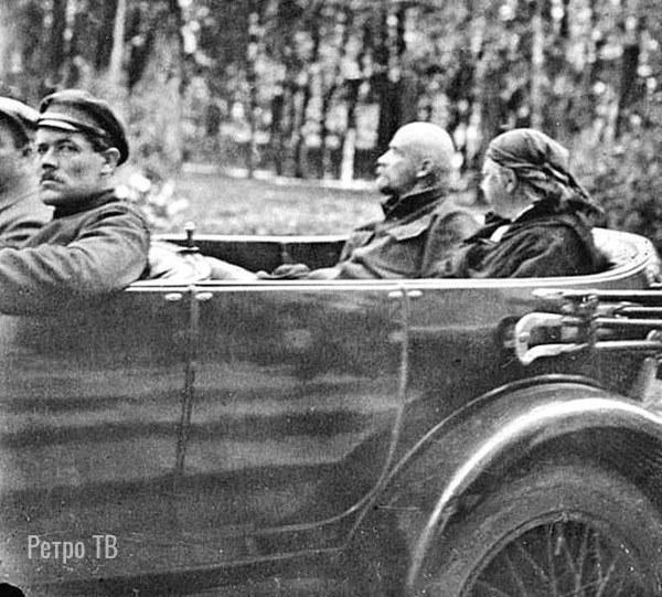 Ленин с Крупской на одном из 3х автомобилей Роллс-Ройс «Серебряный призрак», ранее принадлежавших семье царя
