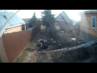 Трухлявый столб с электриком упал на бабушку