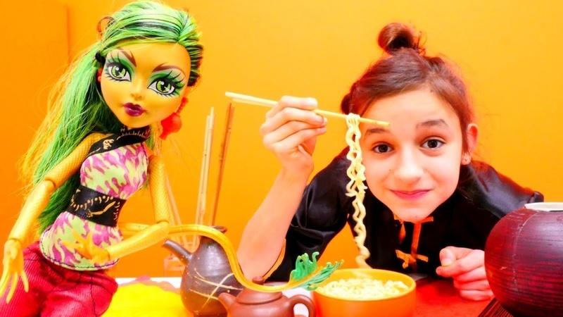 Yemek yapma oyunları. Barbie ve Monster High oyuncakları. Kız çocuk videosu