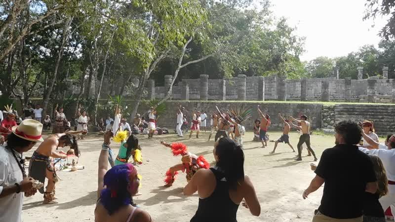 Майские танцульки в Чичен Итце Видно что и некоторые туристы затянуты в действо