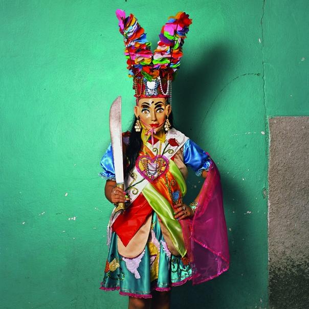 Подборка современных культовых масок стран Африки, а также Мексики. В традиционных культурах мира маска всегда была символична. Человек, закрывший лицо, переставал быть самим собой,