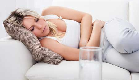 Распространение при фекально-оральной передаче, ротавирусная инфекция у взрослых обычно проявляется тошнотой, недомоганием, головной болью, спазмами в животе.
