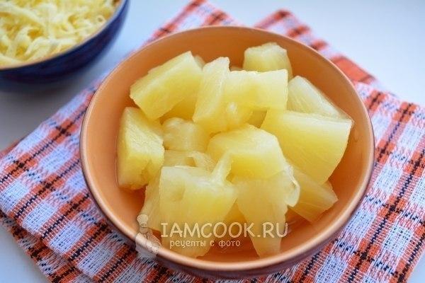Рулетики из свинины с ананасами и сыром.
