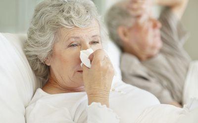 Начальными симптомами являются повышение температуры тела и рвота, после чего от трех до восьми дней наблюдается водянистая диарея.