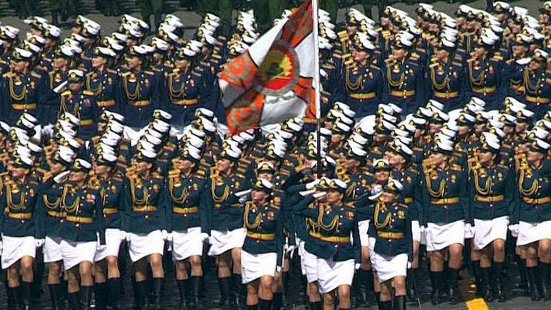 Расчеты женщин военнослужащих во время парада Победы