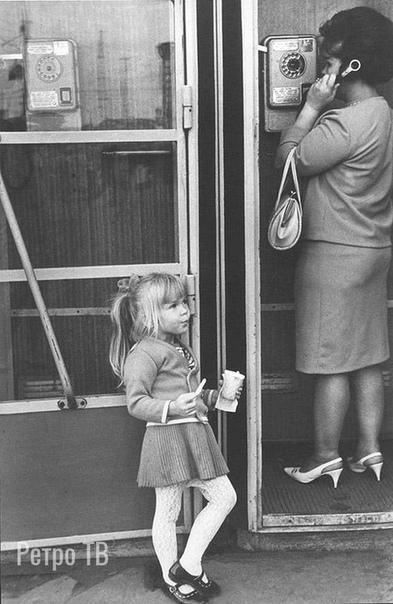 Нескучное ожидание  Что она ест деревянной палочкой из бумажного стаканчика